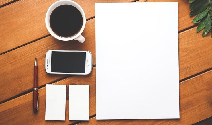 Hvide ark papir på bord