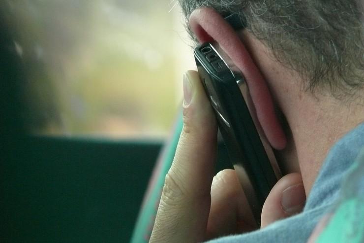 mand med telefon