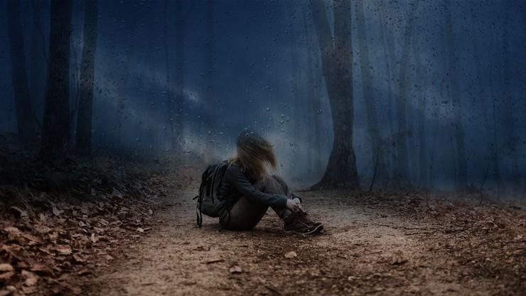 Pige alene i regnvejret