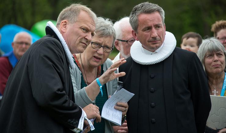 Biskop Henrik Stubkjær, Karin Vestergaard og Mads Christoffersen diskuterer.