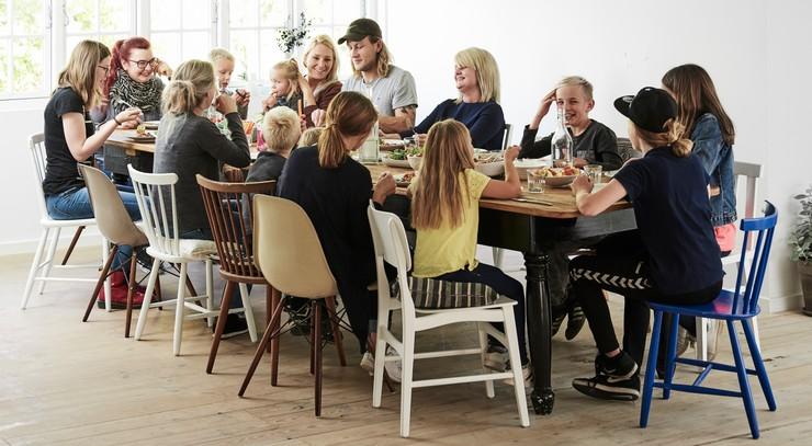 Spisning ved stort fælles bord