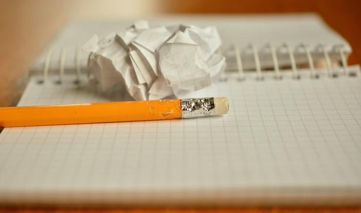 Blok blyant og krøllet papir