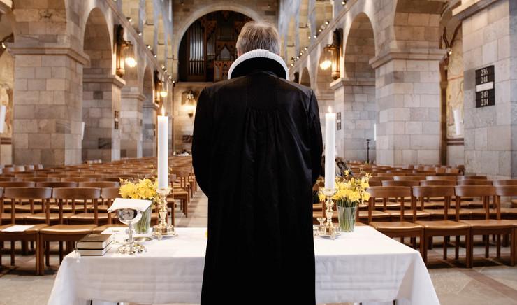 Præst i en tom domkirke