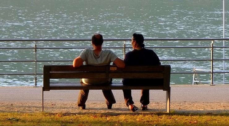 To mænd på bænk