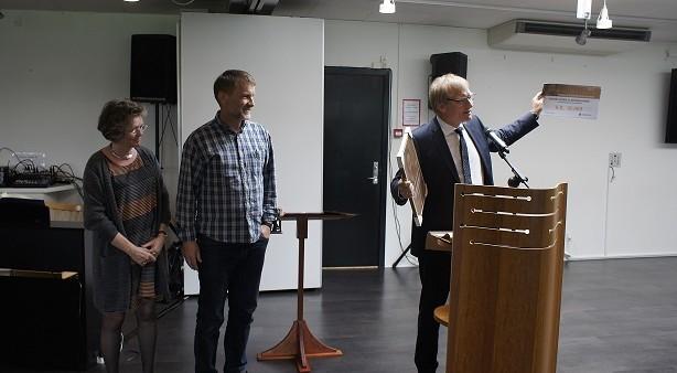 Henrik Stubkjær overrækker Hans Tausen prisen