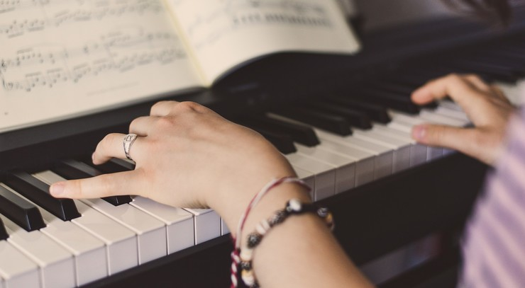 Spiller klaver