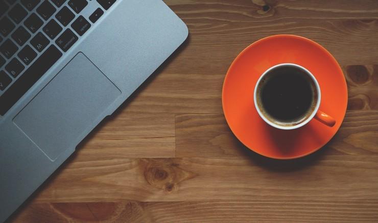 Computer og kaffekop