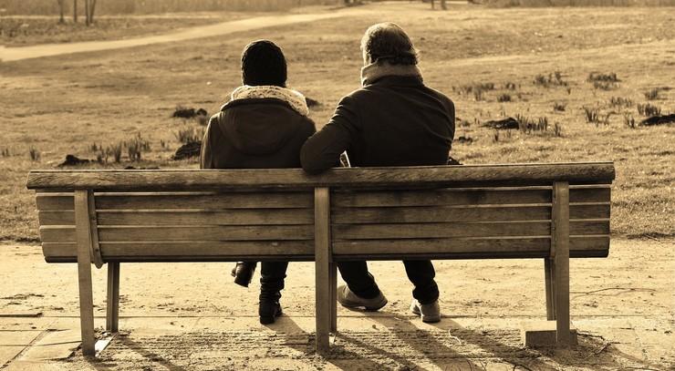 Par på bænk