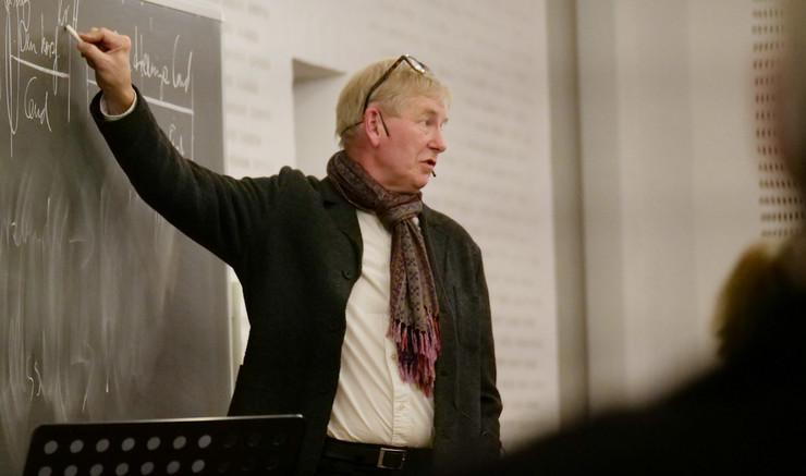Teologisk specialkonsulent Henning Kjær Thomsen underviser til  Teologi for voksne