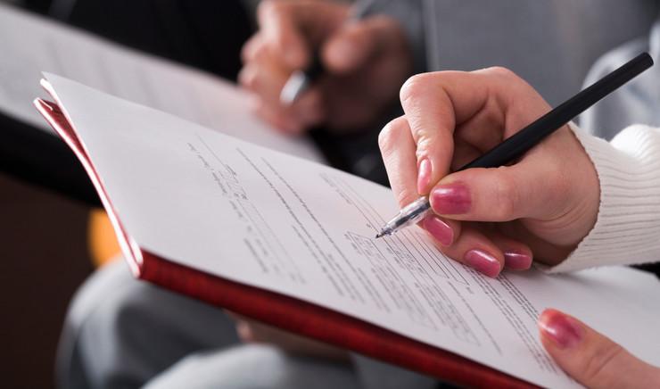 Tager noter på mødepapir